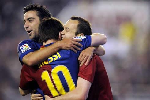 cristiano-ronaldo-457-barcelona-team-hug-between-xavi-messi-and-iniesta-in-2012